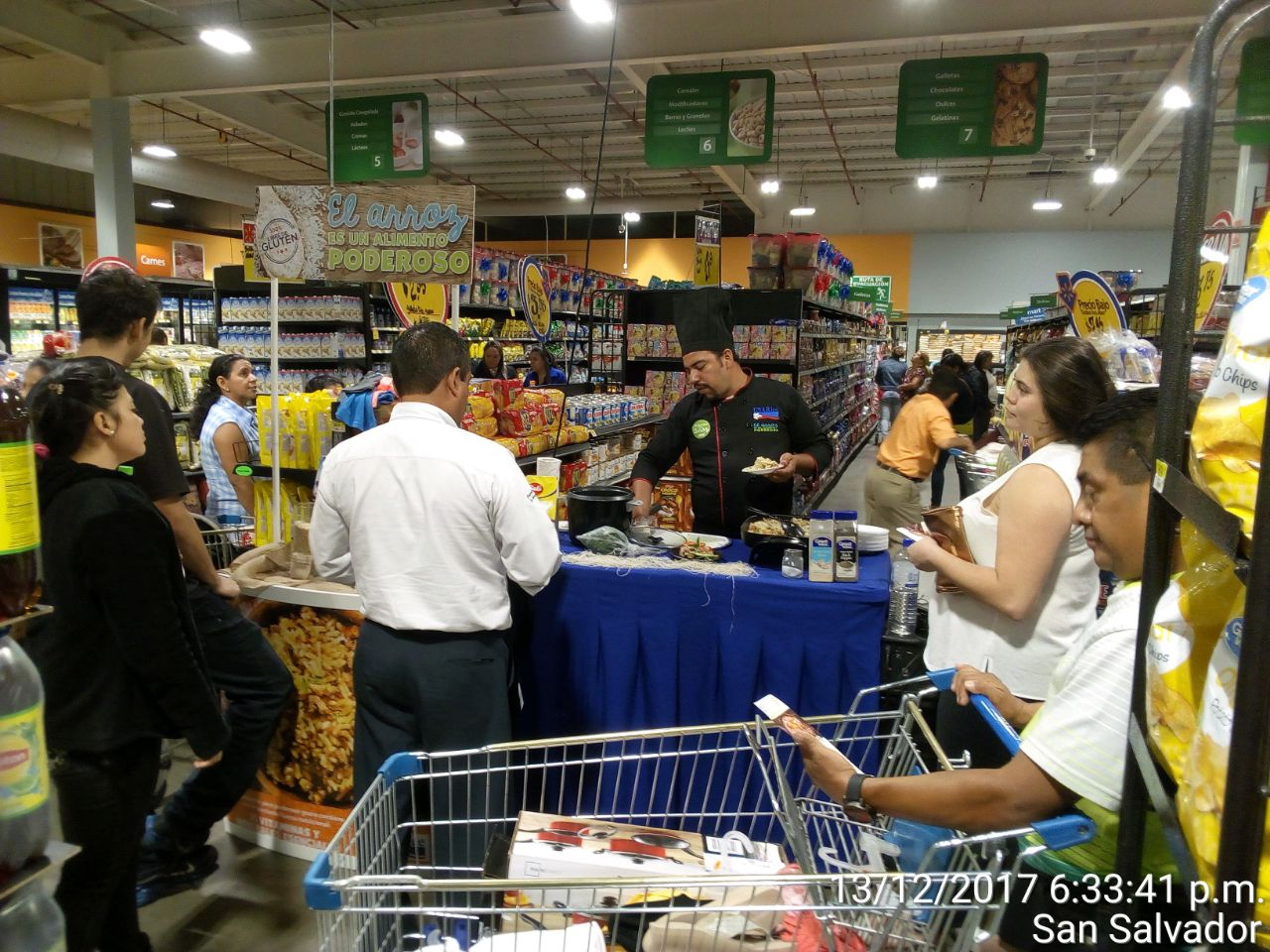 USA Rice in-store cooking demonstration and rice tasting attract shoppers in El Salvador