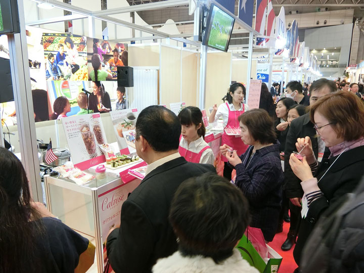 American-Sushi- draws a crowd at Japanese-Food-Show