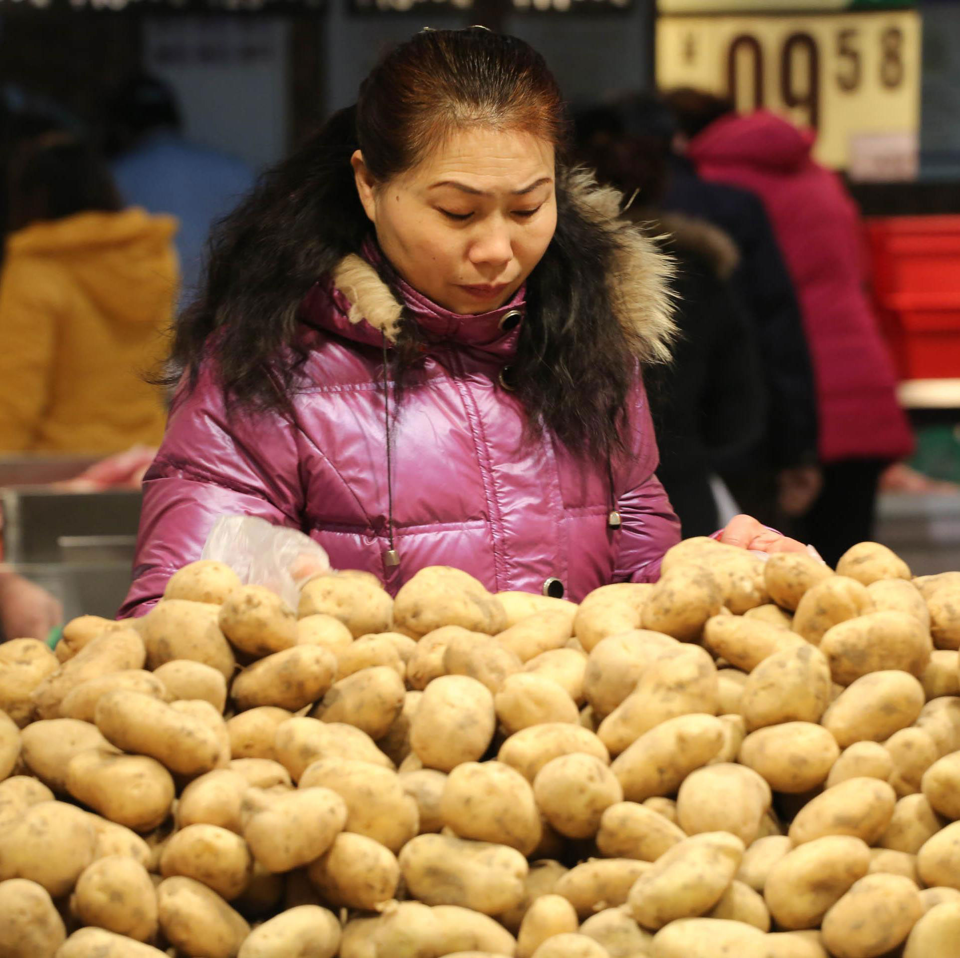 Rice-Market-Anomaly-That-Is-China,-potato stall